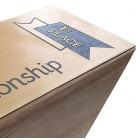 Holz Cubix Plate Award mit Gravurbeispiel auf goldener Acrylplatte - awards.at