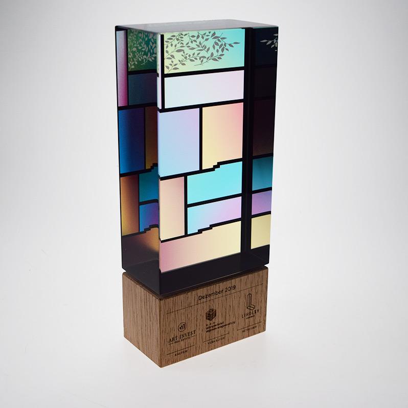Acryl Award mit buntem Druck und Gravur am Holzsockel